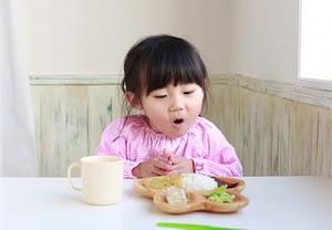 """Suy nghĩ sai lầm của bố mẹ khi nghĩ """"Để mặc con đói sẽ tự đòi ăn"""""""